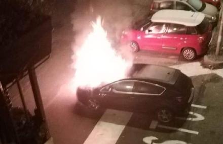 RIVOLI - Auto distrutta dalle fiamme in piazza San Rocco: colpa di un petardo?