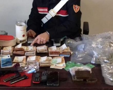 TORINO-VENARIA - Spacciatore arrestato: in casa aveva 12mila euro in contanti e una pistola