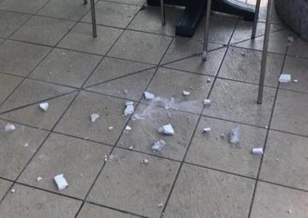 BORGARO - Tragedia sfiorata: cade il cornicione da un balcone, sfiorato il cliente di un bar