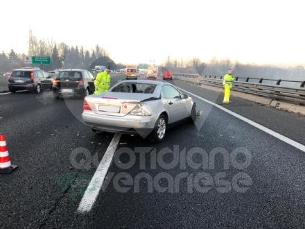 COLLEGNO - Tre mezzi si scontrano in tangenziale: un ferito e traffico paralizzato
