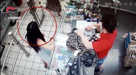 PIANEZZA - Rubano nel negozio e fuggono: titolare si aggrappa allauto e viene trascinato. Due donne arrestate