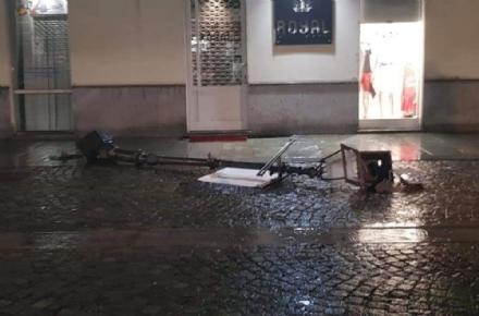 VENARIA - Dramma sfiorato: pioggia e vento fanno cadere un palo della luce in via Mensa