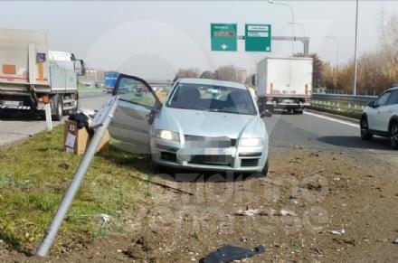 VENARIA - Cerca di evitare il camion e finisce contro la banchina: autista miracolosamente illeso