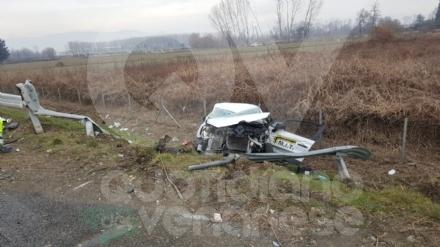 CASELLE-BORGARO - Paura in tangenziale: scontro fra due auto, una finisce fuori strada. Due feriti