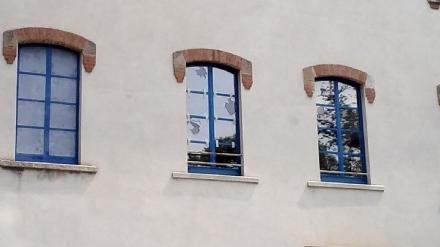 ALPIGNANO - Vandali sfasciano le finestre dellex opificio Cruto