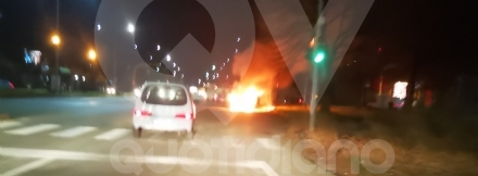 VENARIA - Paura in corso Garibaldi: Bmw prende fuoco mentre è in marcia