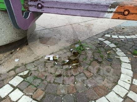 VENARIA - Si torna alla normalità: e il degrado torna dattualità in piazza Pettiti