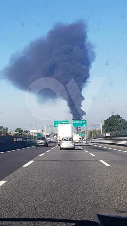 INCENDIO A SETTIMO - A fuoco una ditta, colonna di fumo visibile anche dalla tangenziale FOTO