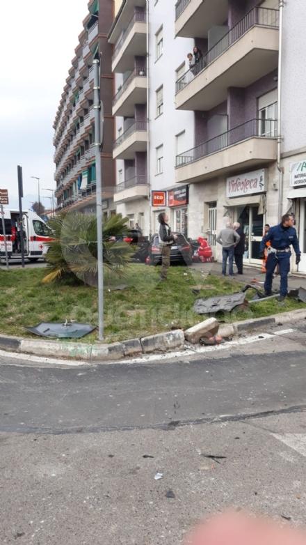 PAURA A RIVOLI - Va in auto contromano, colpisce alcune macchina e finisce contro la rotatoria