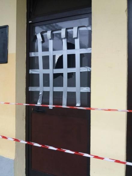 COLLEGNO - Vandali alla stazione ferroviaria: rotti i vetri delle sale dattesa