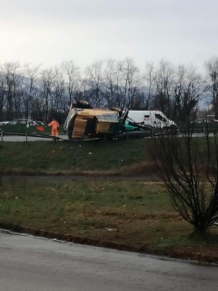 COLLEGNO - Perde un escavatore mentre percorre la tangenziale: corsia chiusa al traffico