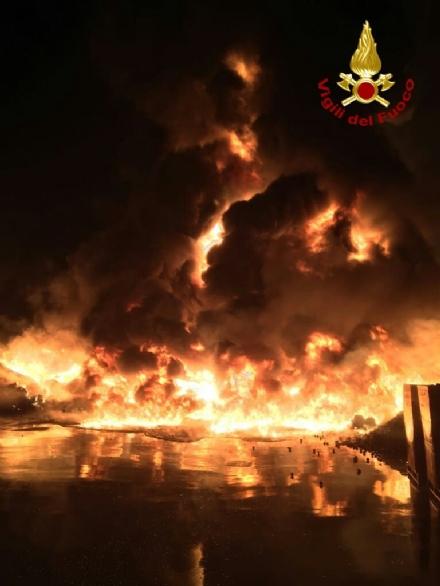 PIANEZZA - Ancora in corso le operazioni alla «Omnia Recuperi»: 16 squadre, 35 vigili del fuoco