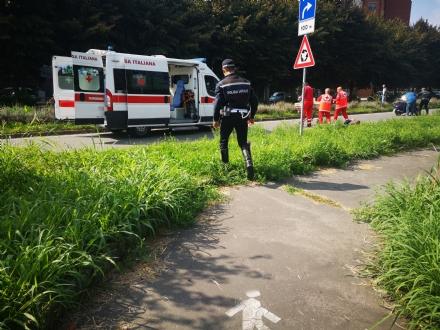 VENARIA - Entra unape nel casco e perde il controllo dello scooter: uomo finisce in ospedale