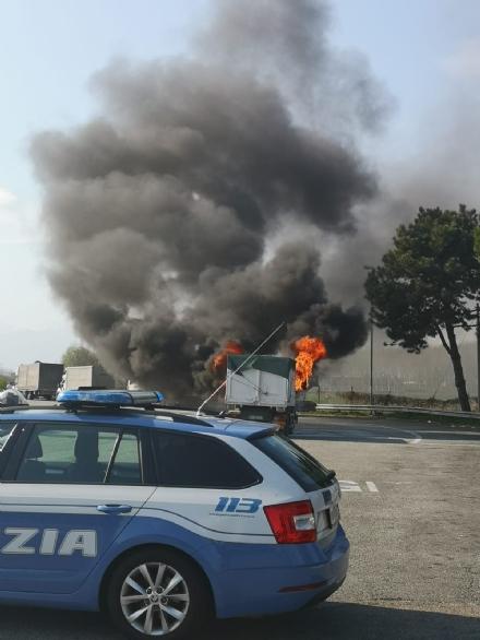 TORINO-BORGARO - Tir prende improvvisamente fuoco in tangenziale