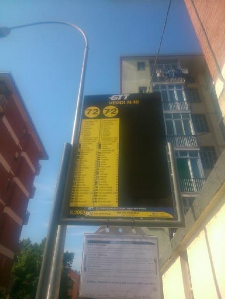 VENARIA - Dopo la petizione, la fermata dellautobus torna in via Verdi