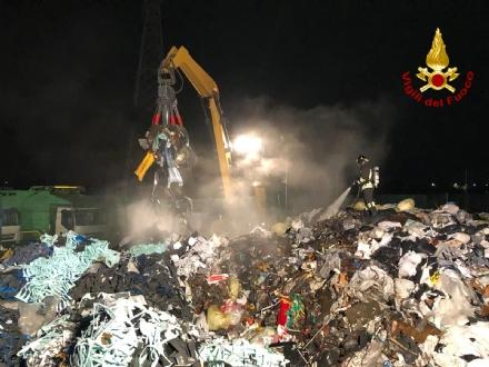 SAVONERA - Incendio alla «Green Up»: nessun danno ambientale, ma cè il «giallo intrusione»