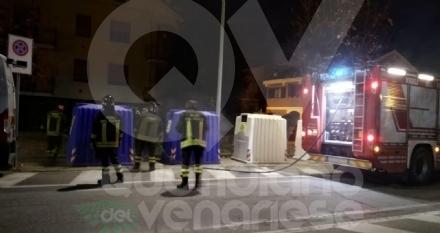 BORGARO - A fuoco due bidoni della raccolta differenziata: indagini in corso - FOTO