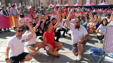 GIRO DITALIA A VENARIA - Grande folla per la carovana del Giro - FOTO