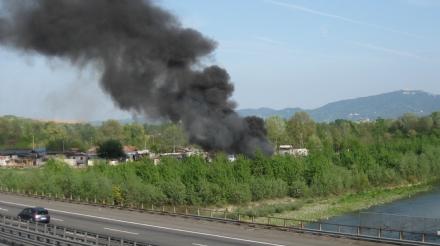 BORGARO-TORINO - Ennesimo incendio al campo nomadi: disagi in tangenziale