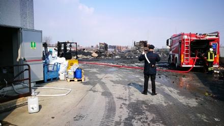 PIANEZZA - Incendio alla «Omnia Recuperi»: situazione sotto controllo. Arpa: «nessun pericolo»