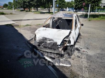 VENARIA - Auto a fuoco nel parcheggio della piscina comunale