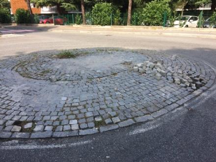 VENARIA - La rotonda tra via Diaz e via San Marchese cade già a pezzi