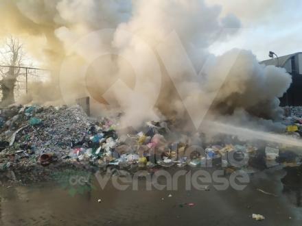 SAVONERA - A fuoco rifiuti plastici allinterno della ex Publirec: ennesimo episodio