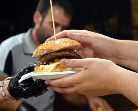 VENARIA - In piazza Pettiti arriva lo «Street Food» dellAssociazione Italiana Cuochi Itineranti