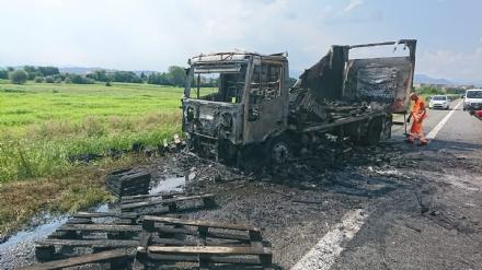 RIVOLI  - Il camioncino va a fuoco, la tangenziale in tilt: code chilometriche