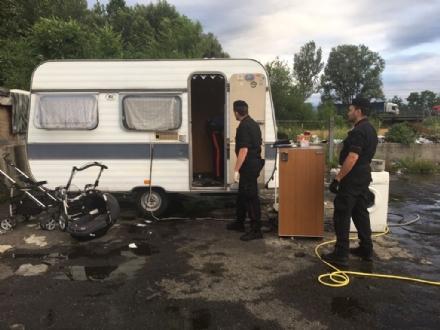 CAMPO NOMADI - Maxi blitz dei carabinieri contro roghi tossici e furti: 14 arresti - FOTO E VIDEO