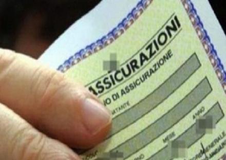 CASELLE - Fogli assicurativi contraffatti per evitare la multa dei civich: denunciata