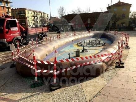 VENARIA - Troppo pericolosa per i bambini: chiusa temporaneamente la fontana di piazza Pettiti