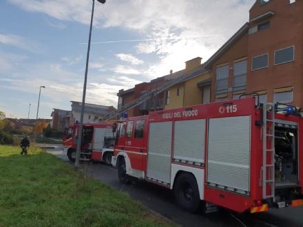 CASELLE - Brucia il tetto di una palazzina in via Cristoforo Colombo