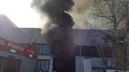 ZONA OVEST - Ditta a fuoco nella zona industriale: colonna di fumo visibile dalla tangenziale