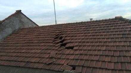CASELLE - Nuovo aereo a bassa quota: colpito il tetto della sede dellAssociazione Carabinieri