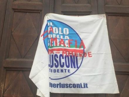 """VENARIA - """"Berlusconi uguale mafia"""": bandiera appesa sul portone dingresso della scuola"""
