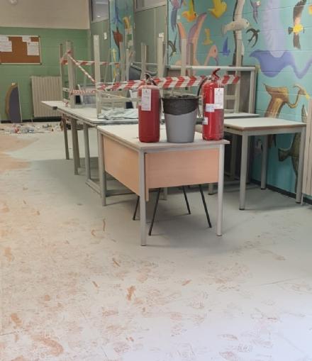 COLLEGNO - Idioti scaricano acqua ed estintori nelle aule della scuola: danni alla Gramsci - FOTO