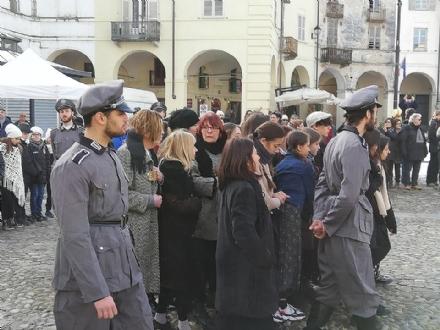 VENARIA - Per le vie della città va in scena il rastrellamento degli ebrei da parte dei nazisti