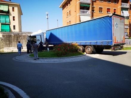 BORGARO  - Il tir sbaglia strada e rimane incastrato nella rotatoria in via Lussemburgo