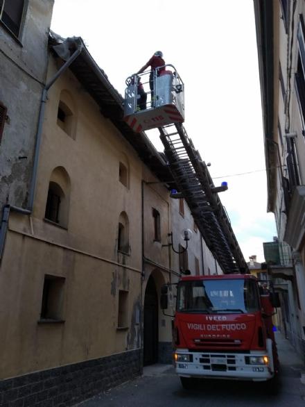 CASELLE - Cadono tegole in via Bona: intervento dei vigili del fuoco