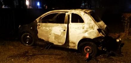 VENARIA - Fiat 500 a fuoco in un parcheggio di via Amati