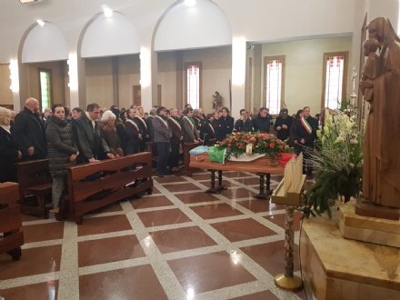 CAFASSE - Oltre 500 persone per lultimo saluto allex sindaco Giorgio Prelini.