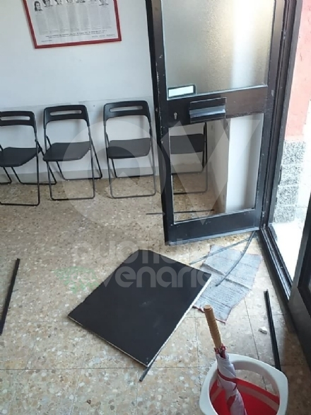 VENARIA - Natale amaro in casa Pd: vandalizzata la sede di via Palestro