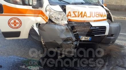 TORINO-VENARIA - Lambulanza della Croce Reale di Venaria si scontra con unauto: due feriti
