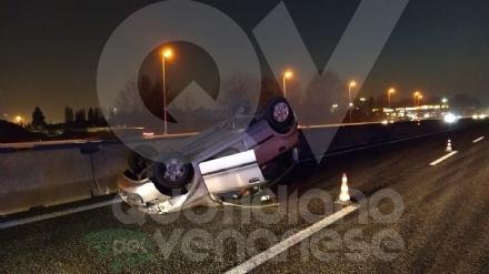 INCIDENTE IN TANGENZIALE - Scontro fra tre auto: una si ribalta, una persona ferita FOTO