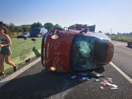 TANGENZIALE NORD TORINO - Scontro allo svincolo di Savonera, traffico in tilt. Auto ruote allaria sulla terza corsia - FOTO