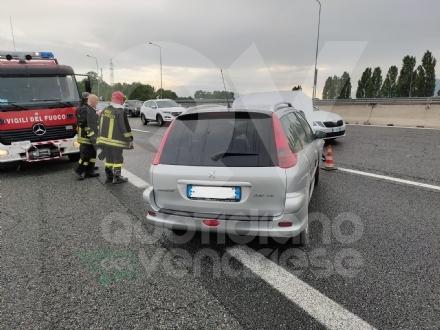RIVOLI - Testacoda in tangenziale dopo aver urtato il guardrail: coppia rimane ferita