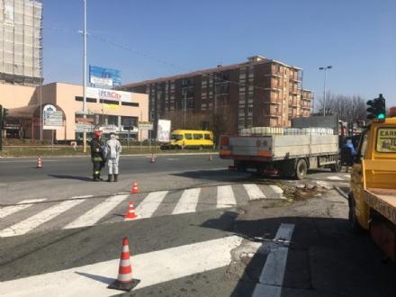 RIVOLI - Mezzo pesante perde il carico: caos e disagi in tangenziale e in corso Francia