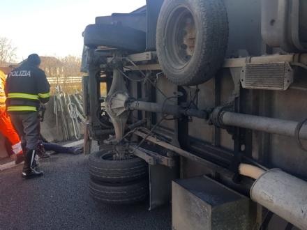 INCIDENTE SULLA TORINO-CASELLE - Camion si ribalta: tre feriti, caos e code sul raccordo - FOTO