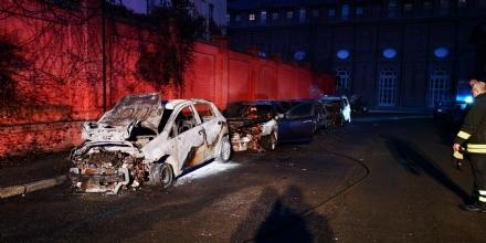 VENARIA - Cinque auto distrutte dalle fiamme in via Montello